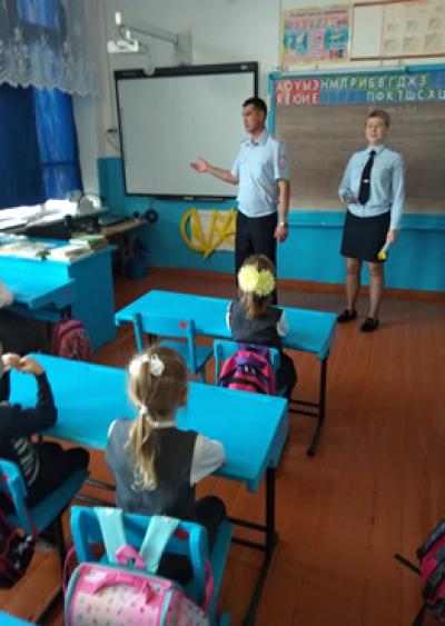 12 сентября инспектора ГИБДД провели беседу с первоклассниками Чёрновской школы о важности соблюдения правил дорожного движения.