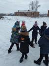Ученики 2 класса Чёрновской школы весело проводят зимние каникулы «ПРОкачайЗИМУ». Собираются вместе с классным руководителем Миловой Т.В. и играют в любимые всеми подвижные игры «Ручеёк», «Салочки».