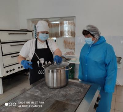 При проведении мероприятий родительского контроля за организацией питания детей  в #Чёрновскойшколе было оценено санитарно-техническое состояние кухни и помещения для приема пищи.