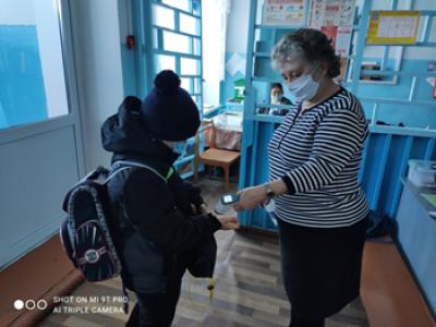 Для снижения риска заболевания коронавирусной инфекцией при входе в #Чёрновскуюшколу  все без исключения обязательно проходят процедуру термометрии