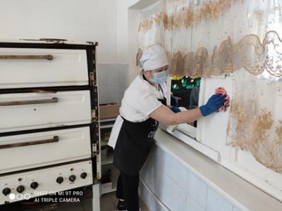 Уборка всех помещений пищеблока и столовой #Чёрновскойшколы осуществляется ежедневно с обработкой всех рабочих поверхностей с применением дезинфицирующих средств,