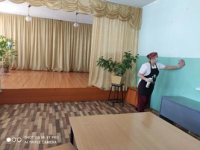 Ежедневная уборка обеденного зала (помещения для приёма пищи) #Чёрновскойшколы с моющими и дезинфицирующими средствами,