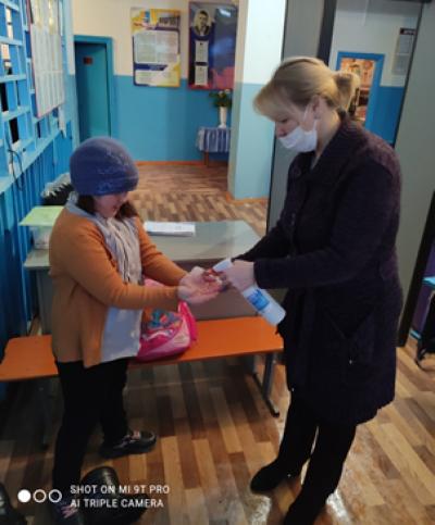 Измерение температуры у всех, кто входит в здание #Чёрновскойшколы, входит в рамки полномочий ОУ по организации и созданию условий для профилактики заболеваний